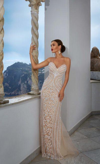 Бежевое свадебное платье с выразительной белой отделкой и женственным облегающим кроем.