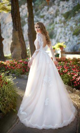 Очаровательное свадебное платье цвета слоновой кости с длинным рукавом и пышной юбкой.