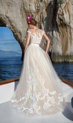 Стильное свадебное платье бежевого цвета с укороченным топом и кружевной отделкой.
