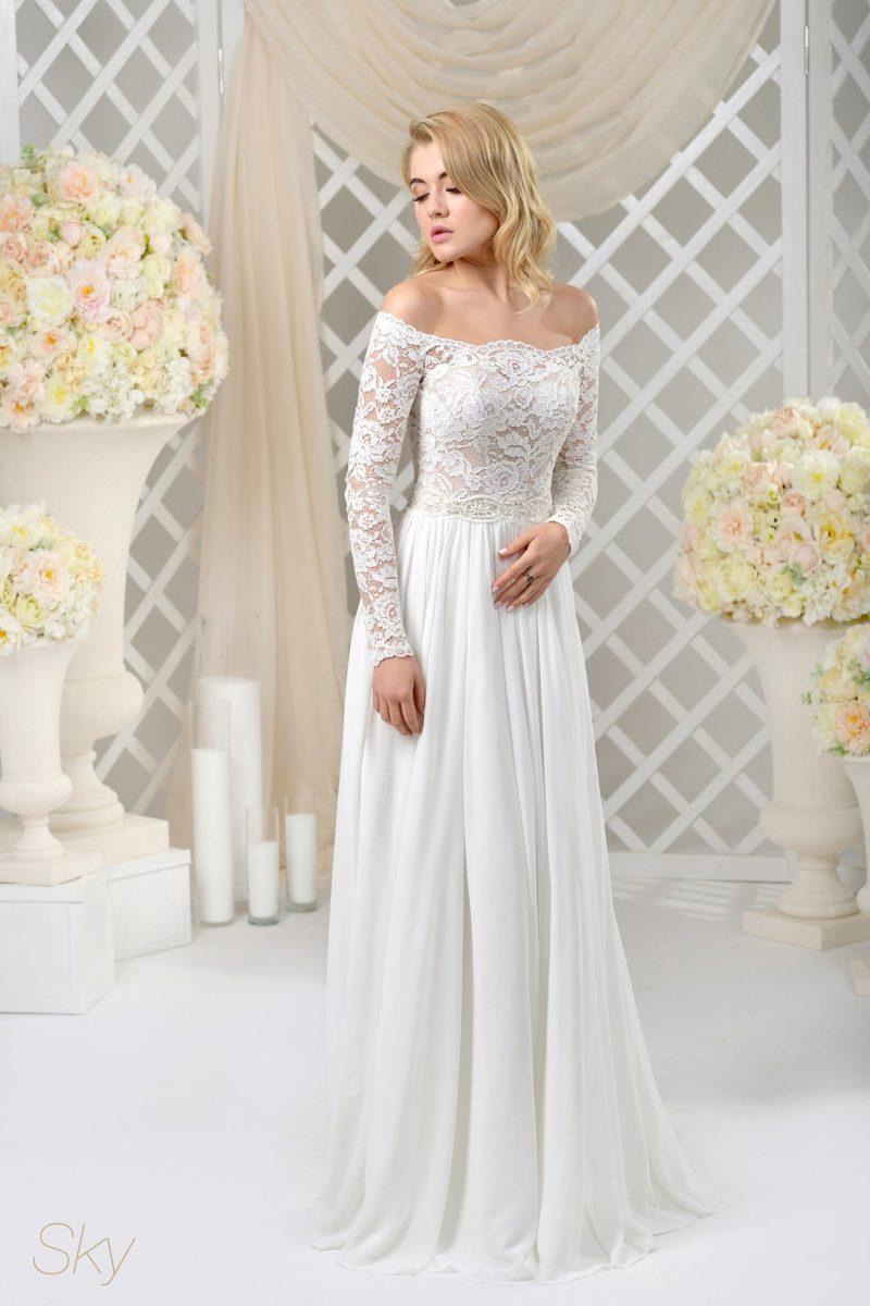 Прямое свадебное платье с открытым верхом и рукавами из кружева с цветочным мотивом.
