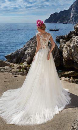 Пышное свадебное платье с чувственным прозрачным корсетом, покрытым ажурной тканью.
