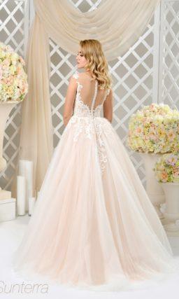 Эффектное свадебное платье пышного кроя с фактурным декором и персиковым оттенком.