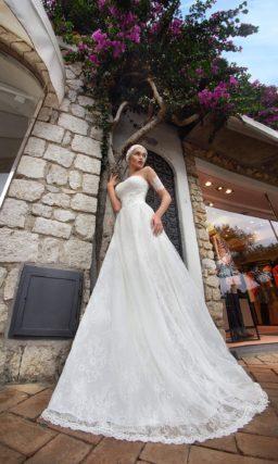 Свадебное платье с кружевной отделкой на прозрачных рукавах и юбкой «трапеция».