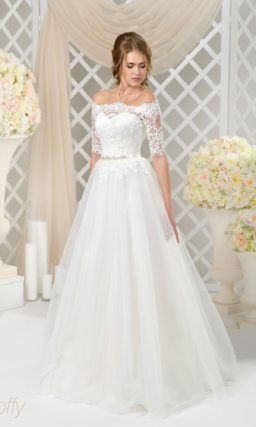 Роскошное свадебное платье с портретным декольте и узким поясом из атласной ткани.
