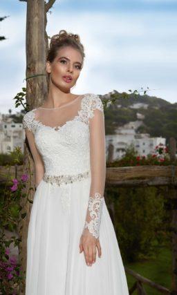 Прямое свадебное платье с элегантным длинным рукавом и сияющим поясом на талии.