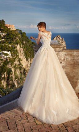 Свадебное платье с пышной золотистой юбкой, оформленное плотным белым кружевом.