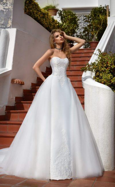 Потрясающе пышное свадебное платье с вышивкой по открытому лифу и по юбке.