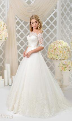 Свадебное платье с кружевным портретным вырезом и царственной пышной юбкой.