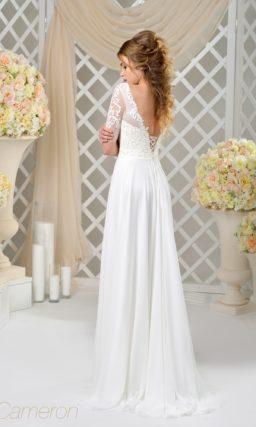Прямое свадебное платье с коротким полупрозрачным рукавом и тонкой вставкой на юбке.