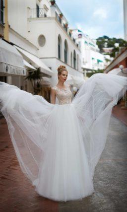 Стильное свадебное платье с белоснежной пышной юбкой и бежевым лифом с кружевом.
