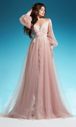 Эффектное свадебное платье розового цвета с широким рукавом и юбкой А-силуэта.