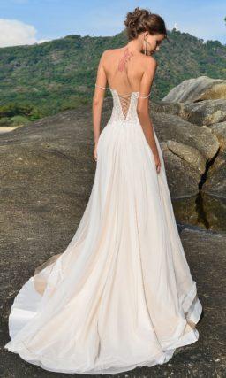 Нежное свадебное платье с открытым корсетом и юбкой на кремовой подкладке.