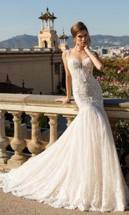 Роскошное свадебное платье «рыбка» с глубоким чувственным лифом с бретелями.