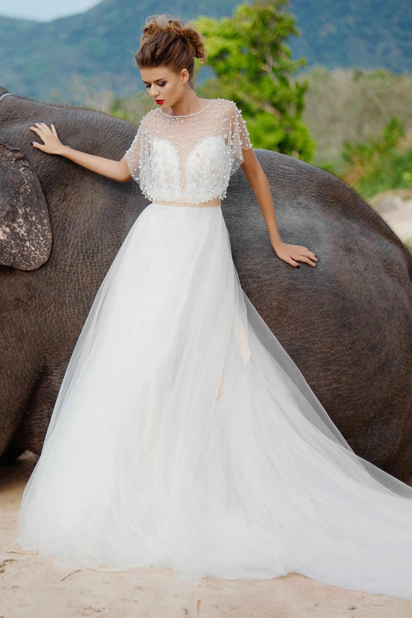65b8a44612fa7a4 Пышное свадебное платье с закрытым верхом, украшенным бусинами, и кремовым  поясом.