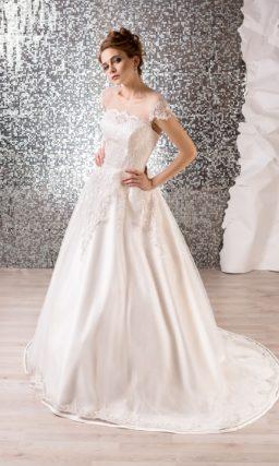 Атласное свадебное платье А-силуэта с коротким рукавом и объемным кружевным декором.