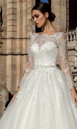 Закрытое свадебное платье пышного кроя с нежной кружевной тканью по всей длине.