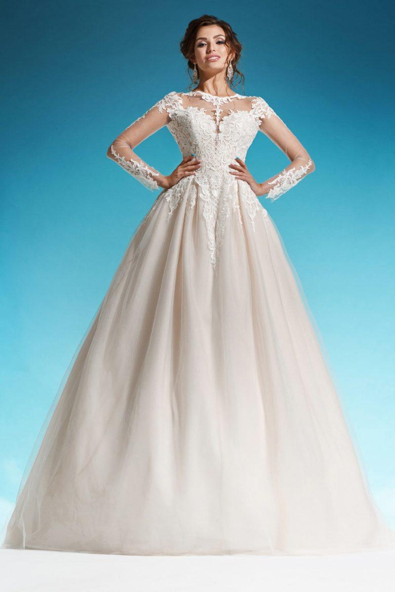 Великолепное свадебное платье цвета слоновой кости с ажурным рукавом и круглым вырезом.