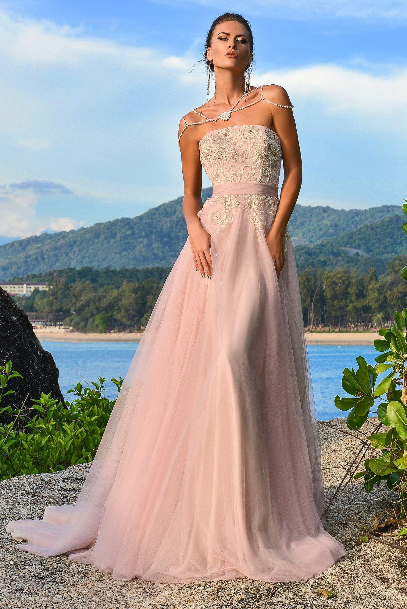 Розовое свадебное платье с прямым открытым вырезом и широким поясом на талии.