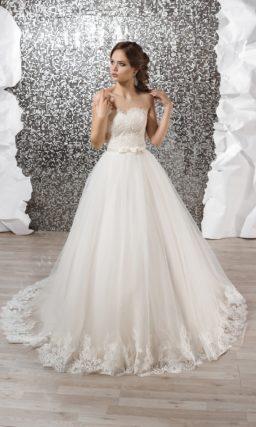 Потрясающее свадебное платеь А-силуэта с открытым корсетом, покрытым кружевом, и поясом.