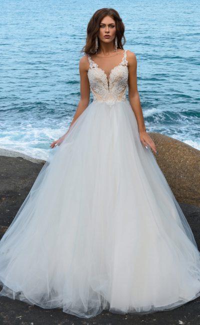 Очаровательное свадебное платье с кремовым корсетом и воздушным подолом.