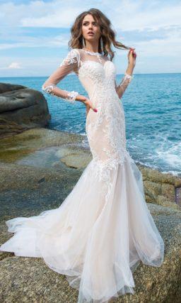 Бежевое свадебное платье «русалка» с чувственным кружевным декором по всей длине.