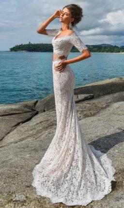 Чувственное свадебное платье с коротким топом и бежевой подкладкой под кружевом.