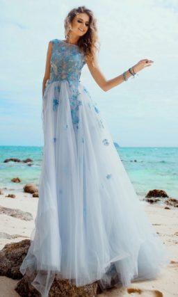 Романтичное свадебное платье с плотными голубыми аппликациями на закрытом лифе.