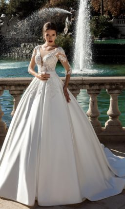 Свадебное платье с роскошным атласным низом и полупрозрачным верхом с кружевом.
