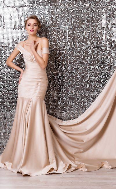 Атласное свадебное платье кремового цвета с драпировками по корсету и эффектной юбкой.