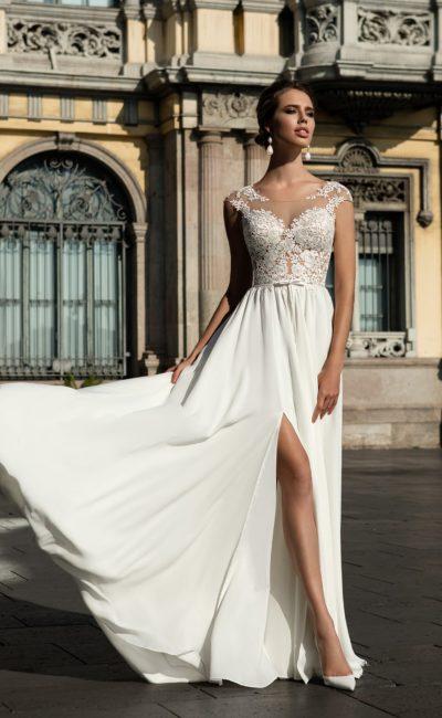Кружевное свадебное платье с нежной прямой юбкой из шифона с разрезом сбоку.