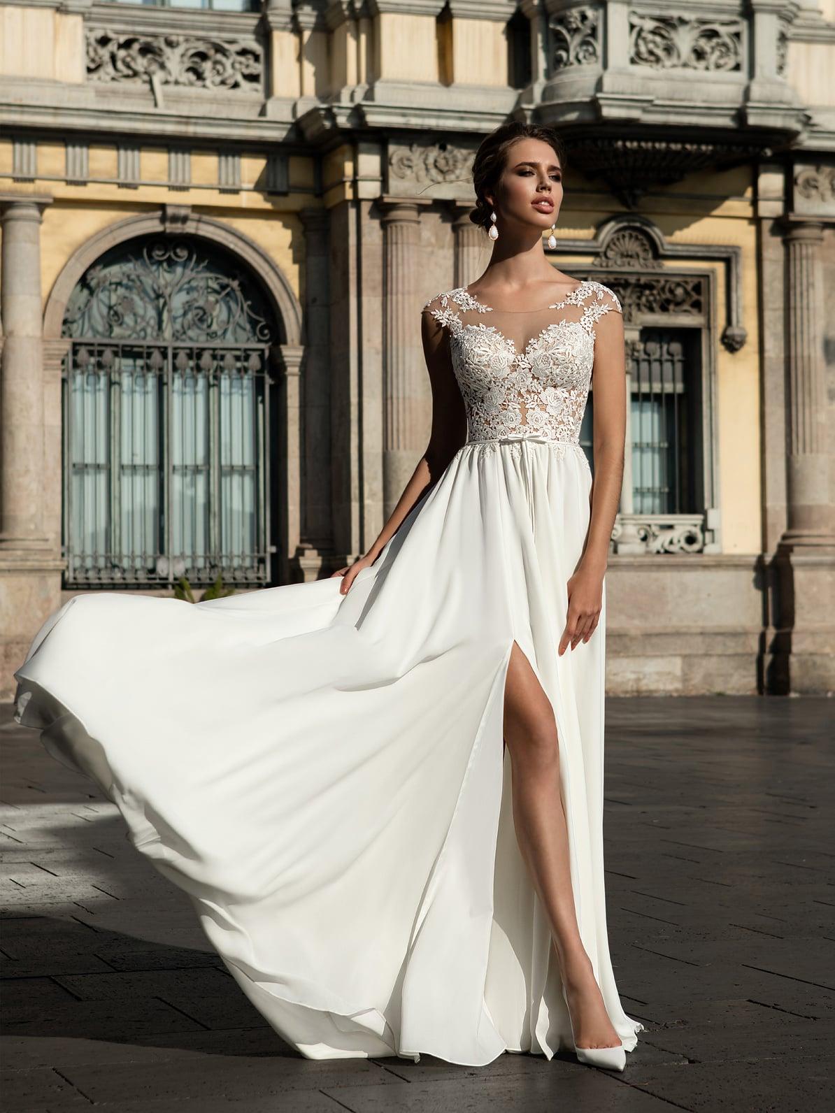 8320572b414 Кружевное свадебное платье с нежной прямой юбкой из шифона с разрезом сбоку.