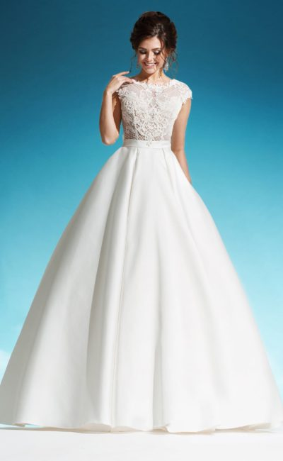Свадебное платье с фактурным лифом с коротким рукавом и пышной юбкой.