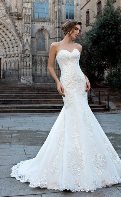 Необычное свадебное платье «русалка» с фактурным декором от открытого верха до подола.