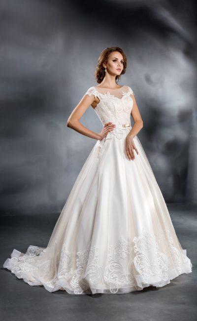Красивое свадебное платье с кремовым отливом
