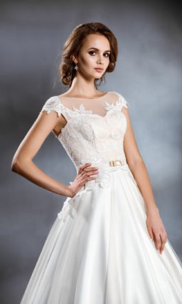Свадебное платье «принцесса» с пудровым корсетом, украшенным плотным кружевом.