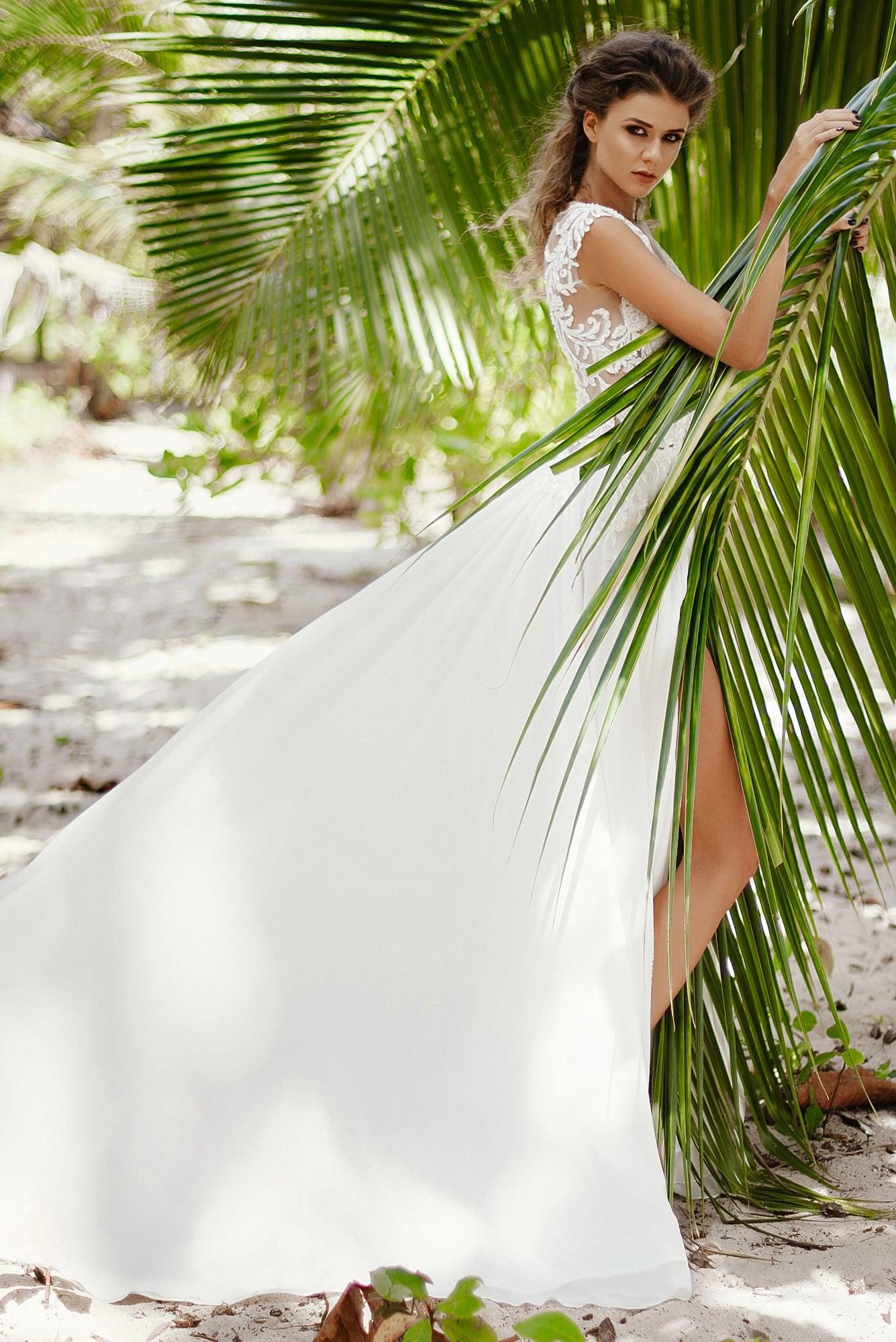 Прямое свадебное платье с шифоновой юбкой и тонким кружевным верхом.