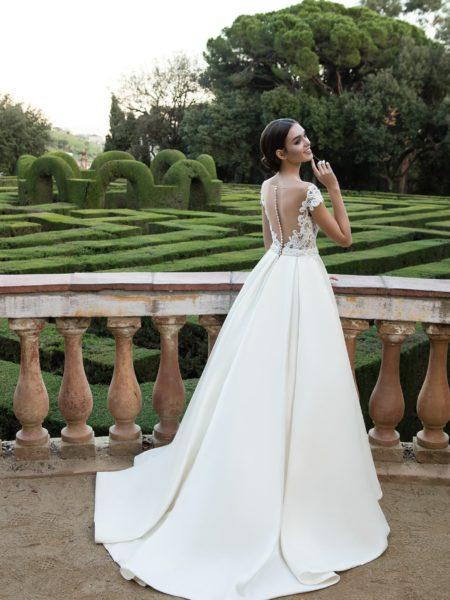 1e87d0194e5 Выбрать и купить для этого свадебное платье с открытой спиной вы сможете в  салоне Валенсия в Москве! Мы предлагаем модные новинки и ...