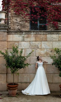 Торжественное свадебное платье со шлейфом и фактурным закрытым верхом.