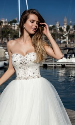 Открытое свадебное платье с пышной юбкой и серебристой вышивкой из стразов по корсету.