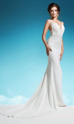 Атласное свадебное платье с длинным шлейфом и кружевным V-образным вырезом.