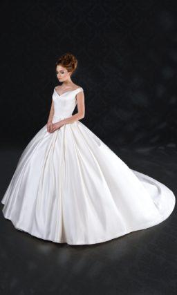 Эффектное свадебное платье из атласной ткани, с пышным силуэтом и V-образным вырезом.
