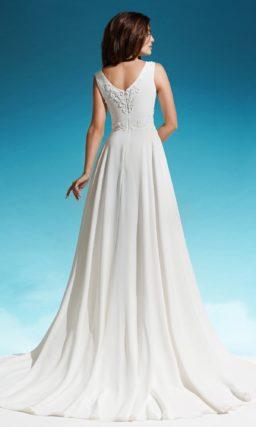 Элегантное свадебное платье с кружевным декором закрытого верха с вырезом бато.