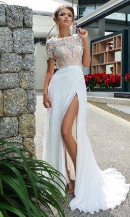 Свадебное платье с высоким разрезом на прямой юбке и кремовым корсетом.