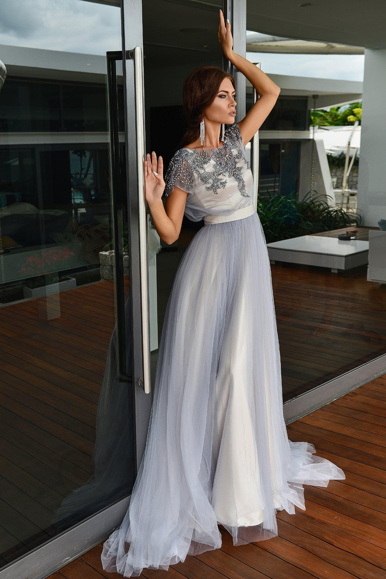 Серебристо-серое свадебное платье с прямой юбкой и сияющим декором лифа.