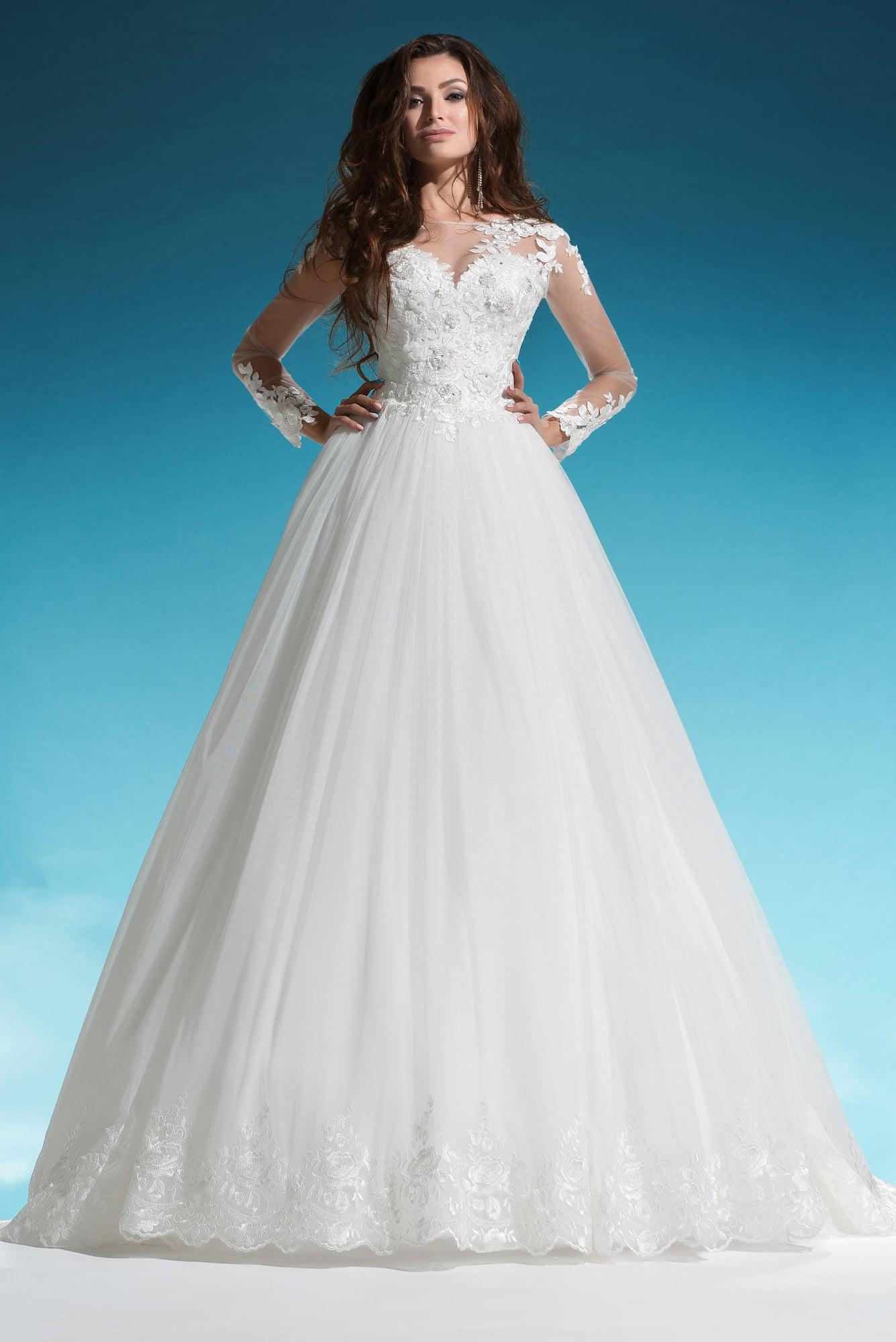 Пышное свадебное платье с длинным прозрачным рукавом и кружевной отделкой.