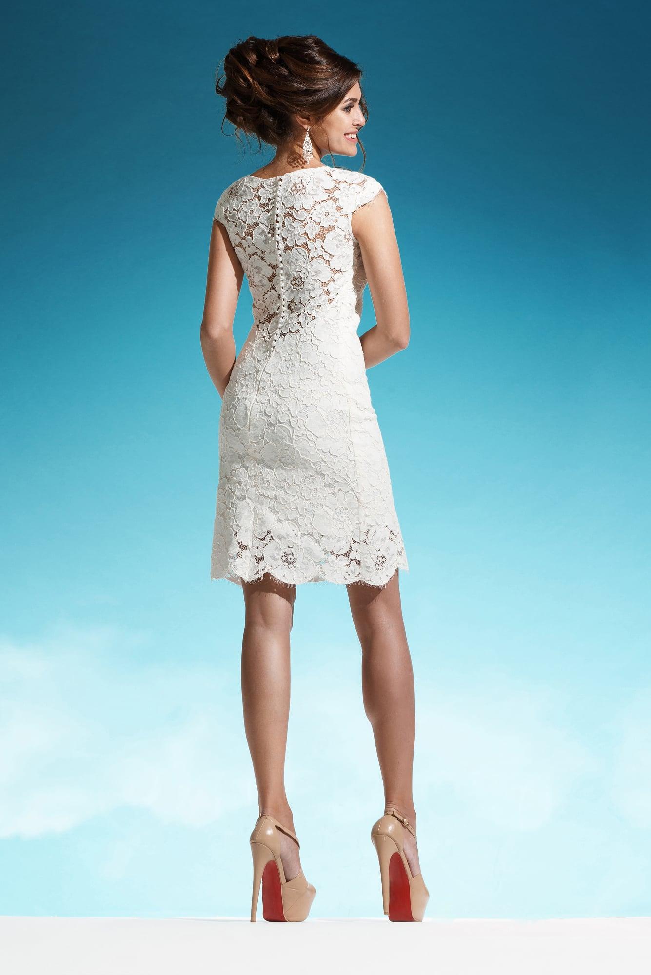 Свадебное платье-футляр с кружевным краем подола и короткими рукавами.