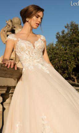 Бежевое свадебное платье с изысканным кружевным декором и пышной юбкой.