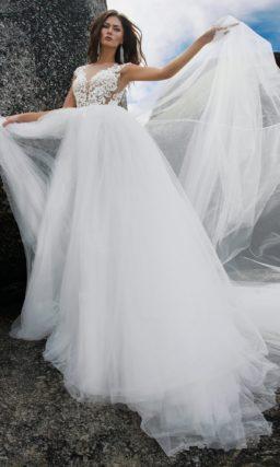 Воздушное свадебное платье с открытой спиной и лифом, покрытым кружевом.