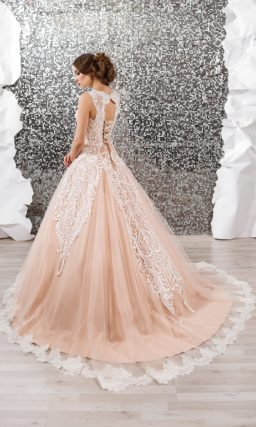 Персиковое свадебное платье пышного кроя, отделанное роскошным белым кружевом по корсету.
