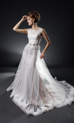 Кружевное свадебное платье прямого кроя с поясом с полупрозрачной верхней юбкой со шлейфом.